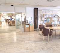 Foajén på Lycksele bibliotek med öppna dörrar in till biblioteket