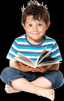 Leende pojke som håller i en bok.