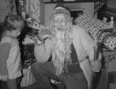 Gille som jultomte med barn. Foto: Okänd fotograf, Sorsele bildbank.