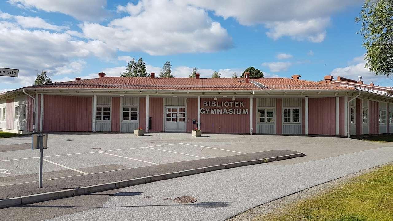 Bild på Norsjö Biblioteks fasad, ett hus i rosa och vitt