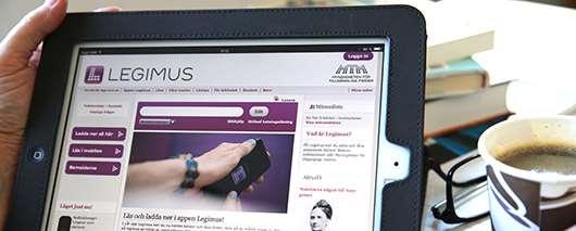 En surfplatta med Legimus  hemsida på skärmen