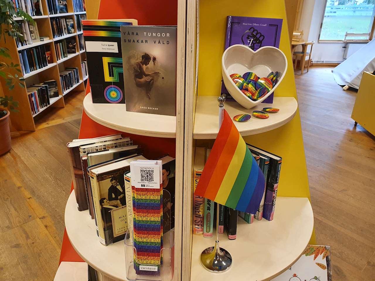 Bild på en del av regnbågshyllan på Sorsele bibliotek