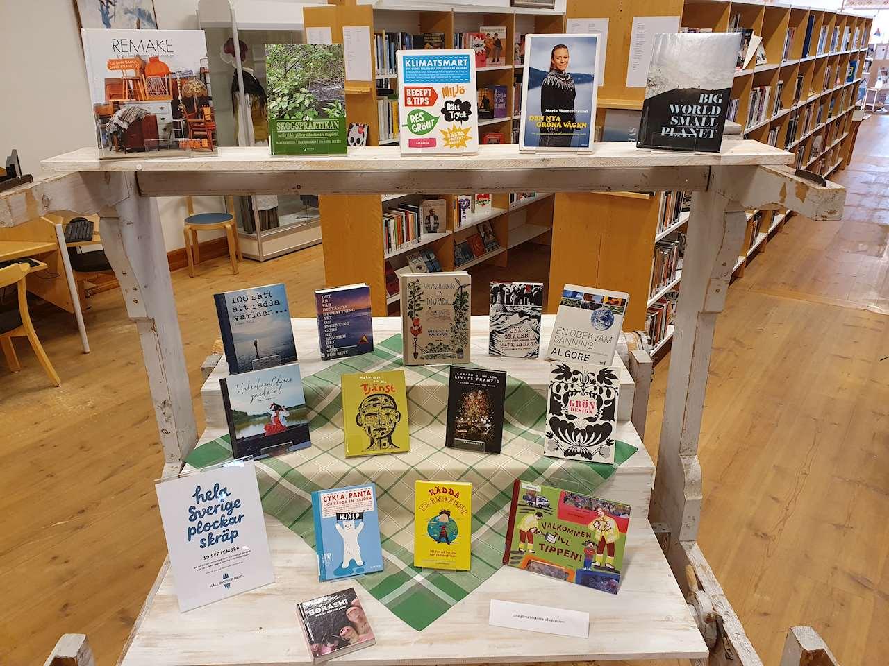 Vävstolen på Sorsele bibliotek där böcker om hållbarhet står.