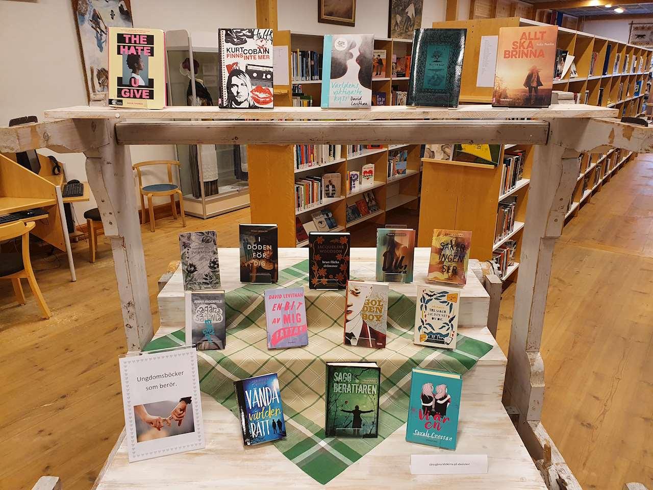Vävstolen på Sorsele bibliotek där ungdomsböcker står exponerade.