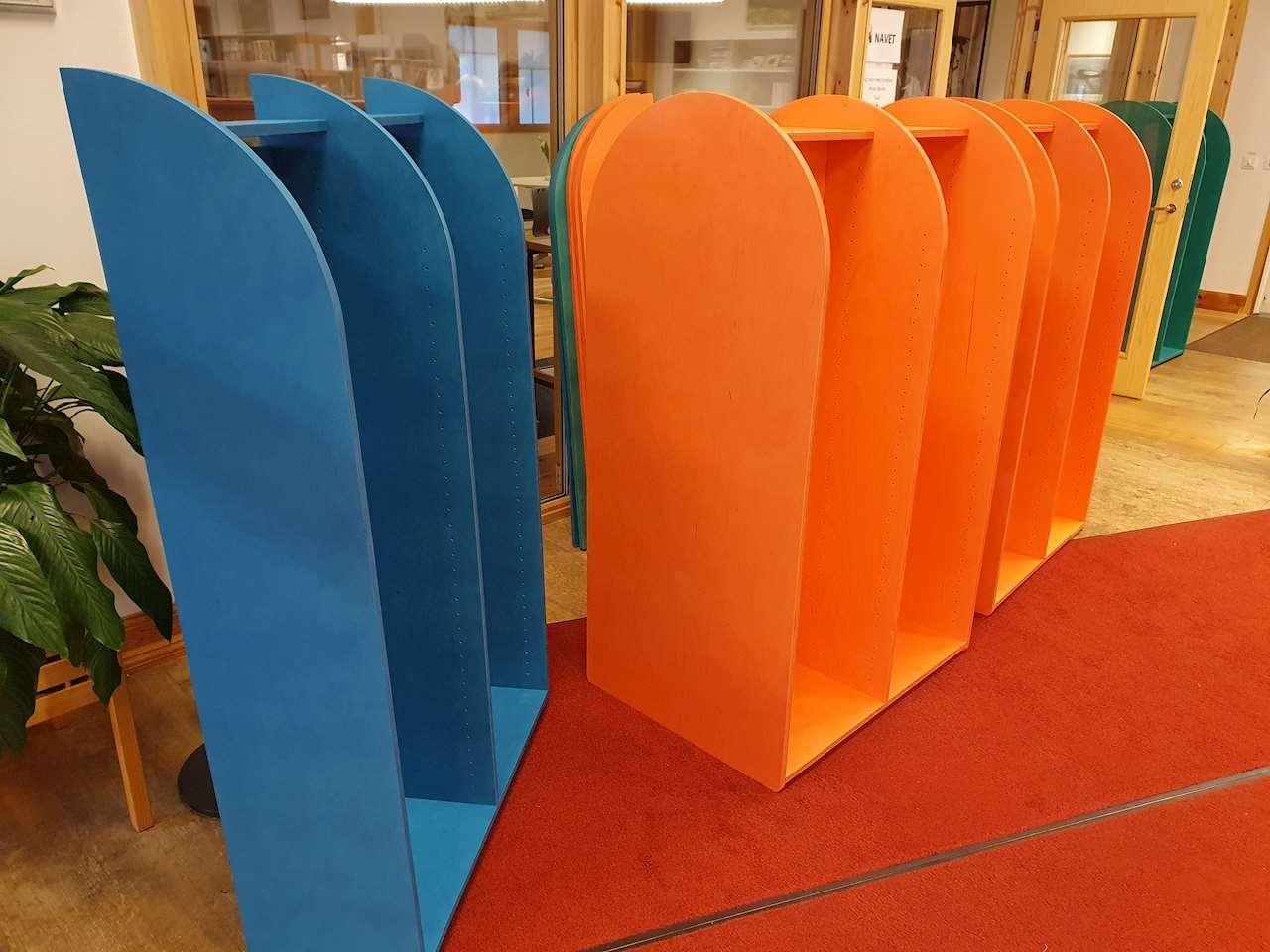 Foto på nya bokhyllor till barnavdelningen på Sorsele bibliotek som ännu inte står på rätt plats